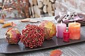 Herbstkugeln gebunden aus bunten Blättern und Rosa (Mini-Hagebutten)