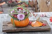 Herbstliche Deko im Wintergarten : Hokkaido-Kürbis (Cucurbita) als Vase