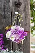 Kleiner Strauss aus Chrysanthemum (Herbstchrysanthemen) und Aster