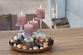 Ungewöhnliche Adventsdeko mit Kerzen auf umgedrehten Gläsern