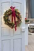 Weihnachtlicher Kranz aus Zweigen von Cornus (Hartriegel) und Juniperus