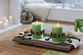 Kleine Adventsdeko : grüne Kerzen mit Girlanden aus Sternanis