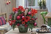 Roter Weihnachtsstrauss aus Hippeastrum (Amaryllis), Ilex