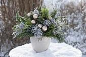 Gefrorener Weihnachtsstrauss im Schnee
