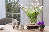 Strauss aus Tulipa (Tulpen) , Zweigen von Salix (Kätzchenweide)