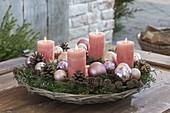 Adventskranz in Korbschale mit Christbaumkugeln, Zweigen von Abies