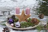 Flache Schale mit Holzstern, Kerzen , Moos, Christbaumkugeln