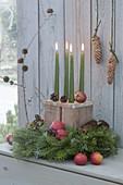 Ungewoehnlicher Adventskranz mit Holzklotz als Kerzenhalter