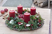 Adventskranz aus Chamaecyparis (Mooszypresse) und Gaultheria