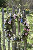 Weidenkranz mit Frühlingsblumen