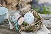 Mini-Osternest : Osterei mit Aufschrift 'Frohe Ostern' in Kränzchen