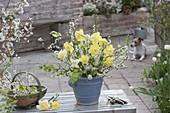 Weiss-gelber Strauss aus Narcissus (Narzissen), Prunus spinosa (Schlehe)