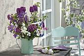 Tulipa 'Purple Prince' (Tulpen), Prunus (Kirschzweige), Viburnum