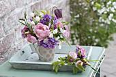 Kleiner Strauss in Tasse auf Tablett : Fritillaria meleagris