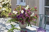 Fruehlingsstrauss aus Malus (Zierapfel), Tulipa (Tulpen), Larix (Lärche)