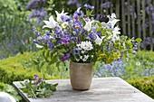 Fruehlingsstrauss 'Quer durch den Garten' : Tulipa (Tulpen), Aquilegia