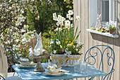 weiße Oster - Tischdeko auf der Terrasse