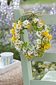 Kränzchen aus Bellis perennis (Gänseblümchen), Ranunculus acris