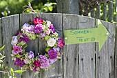 Duftender Kranz aus Rosen, Waldmeisterblueten und unreifen Äpfeln