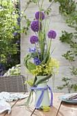Moderner Strauss in Kanne : Allium 'Purple Sensation' (Zierlauch)