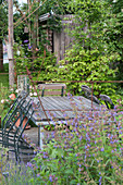 Sitzgruppe auf Holzdeck im Naturgarten