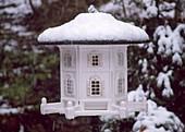 Nostalgisches Vogelfutterhaus mit Schnee