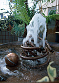Wasserspiel aus alten Kupferrohren, Kupfer-Kugel als Deko in grosser Metall-Wanne
