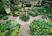 Kräutergarten: Origanum, Thymus, Zitronenmelisse, Schnittlauch, Rucola, Schopflavendel, Dill , Bienenkasten, Holzfigur
