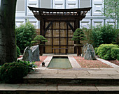 Japangarten mit japanischer Pergola, Teich, Natursteinen, geharkter Kies, Bonsai , Bambus und Bambuszaun , Chelsea Flower Show