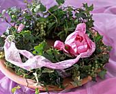 Efeu-Kranz mit grünen Johannisbeeren und Pfingstrosenblüte