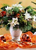 Weihnachtsstrauß mit Kiefernzweige,Amaryllis / Hippeastrum