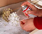 Weihnachtlicher Tischkranz: 4.Step: Samenstände mit Kunstschnee besprühen