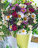 Duftstrauß mit Bauernjasmin, Margeriten, Feinstrahlaster und Flockenblumen