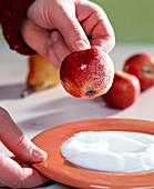Äpfel für Frostoptik zuckern - Äpfel mit Zucker bestreuen