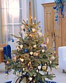 Weihnachtsbaum mit blau-silbernem Schmuck