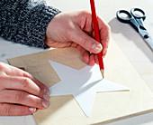 Holzstern selbstgemacht (4 Step's). 1. Step: Stern auf ein Holzbrett aufzeichnen