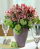 Strauß aus Inkalilien, Tulpen und grünen Schneeballblüten