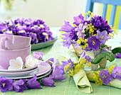 Tischdeko mit Blüten von Campanula persicifolia
