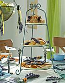 Etagere mit Lavendelblüten und Lavendelkranz dekoriert