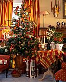 Weihnachtsbaum mit Orangenem Schmuck