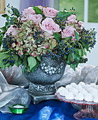 Herbststrauß mit rosa Rosen, Hydrangea / Hortensien,