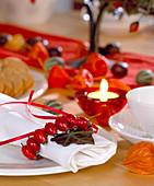 Tischdeko: Serviette mit Rosa / Hagebuttenkranz, Hedera / Efeublätter