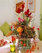 Herbst-Strauß mit Baumwürger, Amaryllis und Rosen