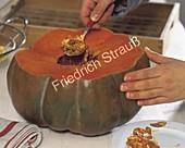 Kürbis-Suppe im ausgehöhlten Kürbis