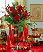 Adventsstrauß aus roten Rosen, Pinus / Seidenkieferzweige,