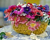Frühlings-Gesteck mit Anemonen und Tulpen