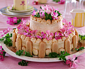Torte mit Pelargonium / Duftgeranienblüten