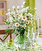 Weißer Frühsommerstrauß aus Margeriten, Schleierkraut und Glockenblumen