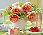 Strauß mit englische Rose 'Abraham Darby', Alchemilla