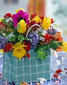 Vase in Kunststofftasche mit Strauß aus Tulipa 'Arma',